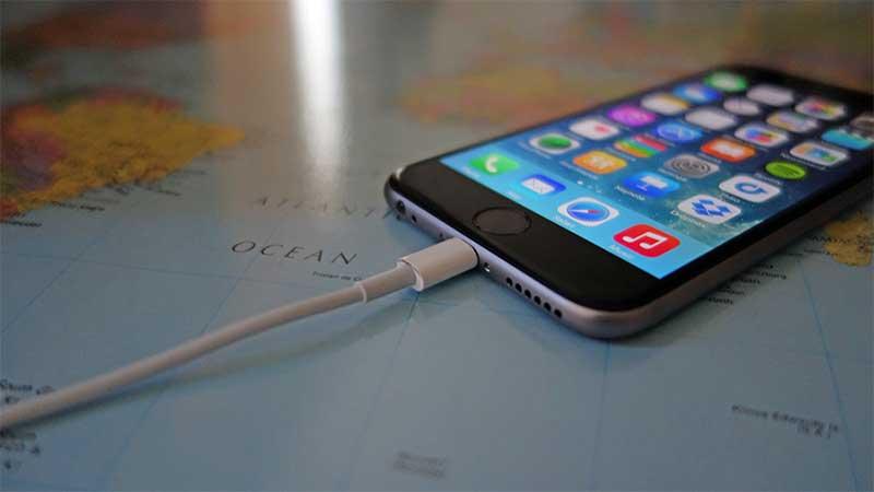 چرا نباید گوشی موبایل را در طول شب به شارژر متصل کنیم